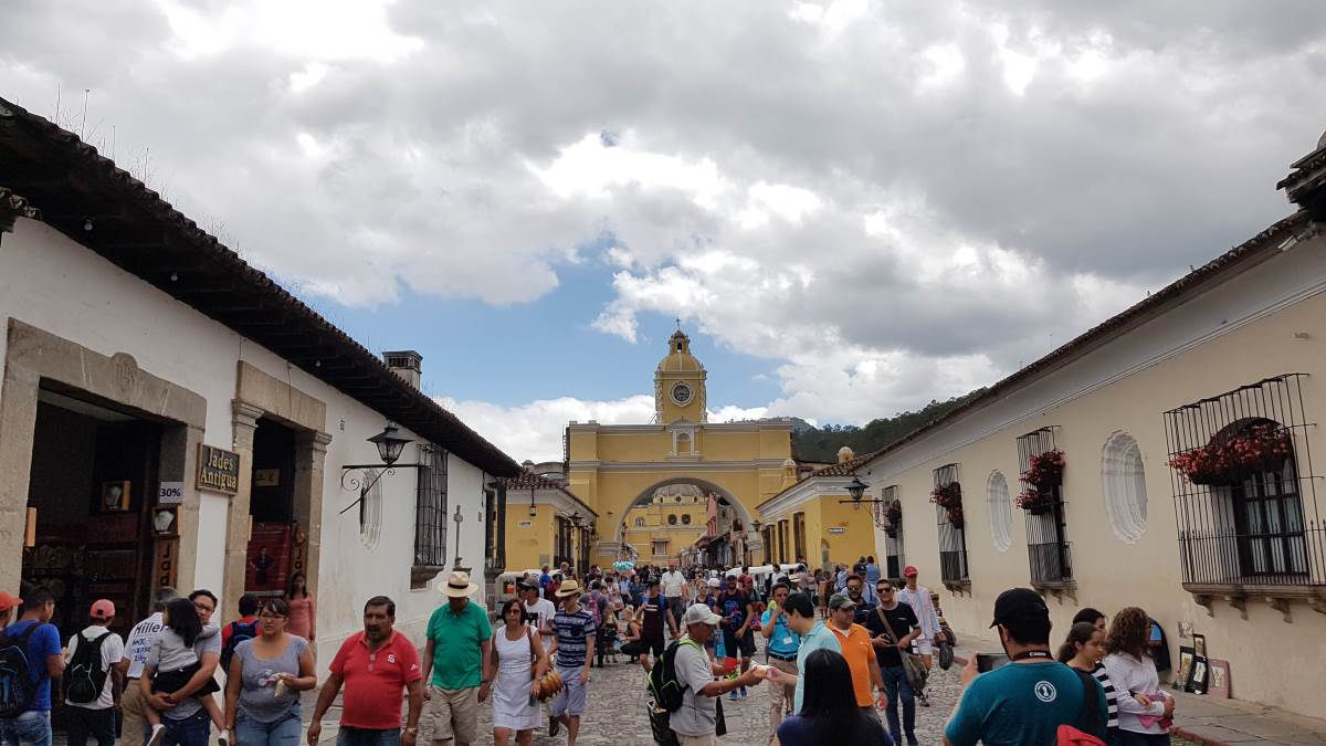 things to do antigua guatemala arco de santa catalina crowded